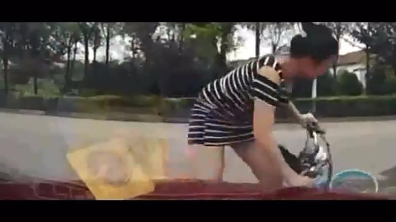 美女骑车子走过,监控摄像头却拍下这个,让人尴尬的一幕