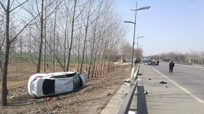 济宁:轿车飞出20多米掉进沟,越野车行车记录仪拍下全过程