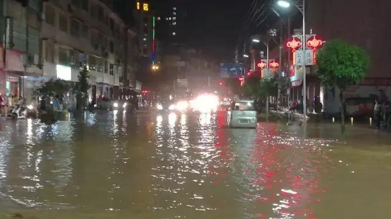 暴雨过后,容县街头被水淹!