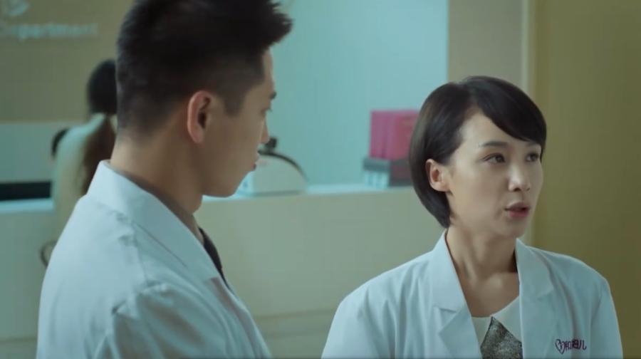 医院女主任主动邀请男医生去看电影,目的原来是这,太尴尬了