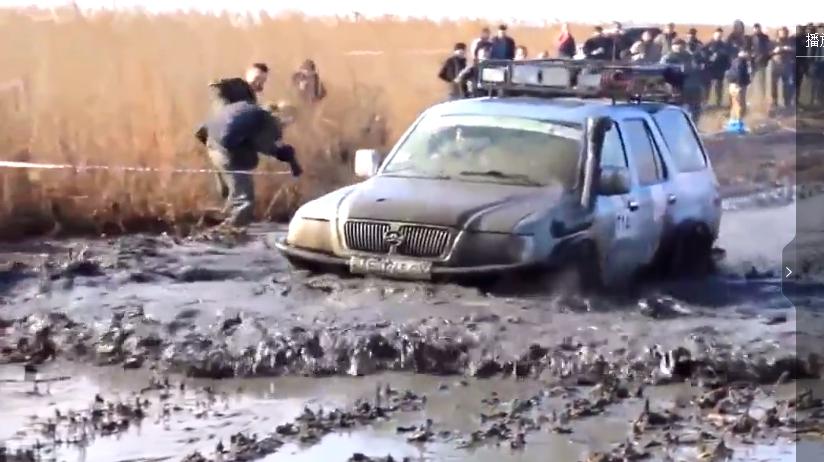 视频:哈弗和普拉多过沼泽地比拼