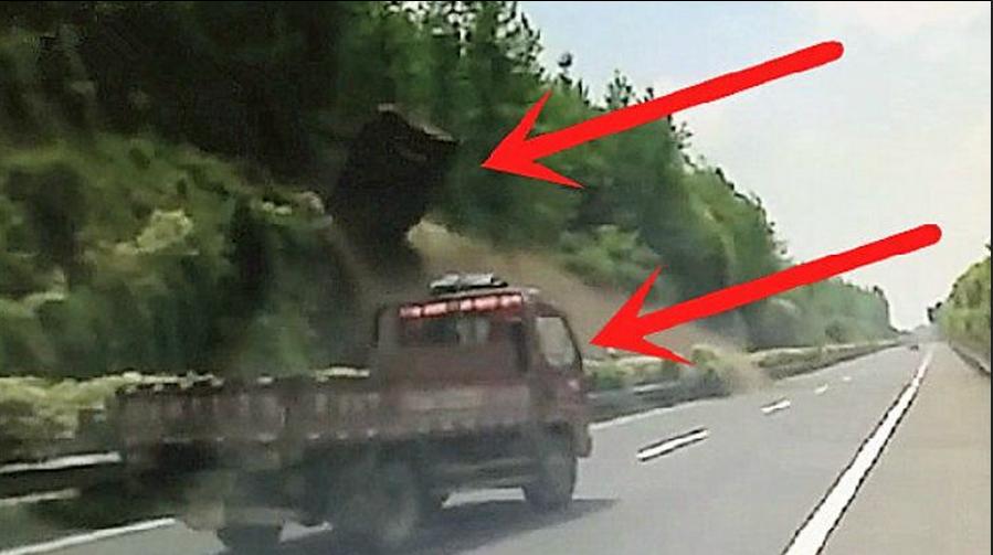 真是百年不遇的车祸:汽车正在高速路上行驶,监控却拍下了这让人防不住的一幕!