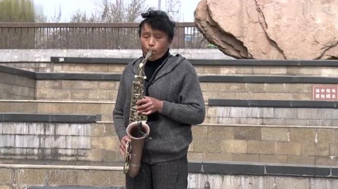 大妈街头萨克斯独奏《美丽的草原我的家》感受蒙古族民歌韵味歌曲-