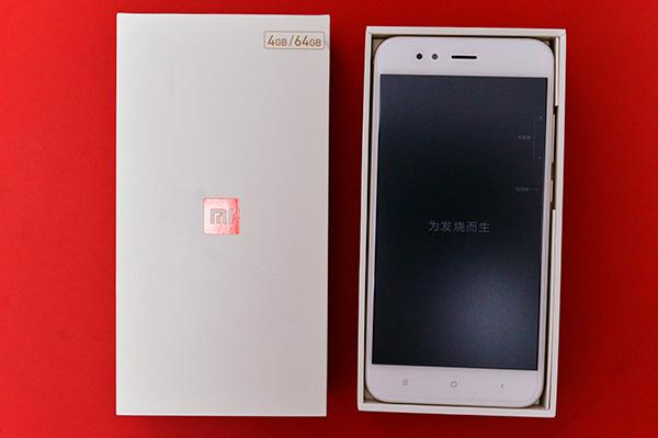 5.5英寸大屏是否超薄 热门1500元手机小米5X开箱