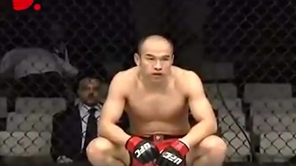 中国UFC第一人 日本比赛没有赞助商、教练 中场休息蹲笼边 真正的王者