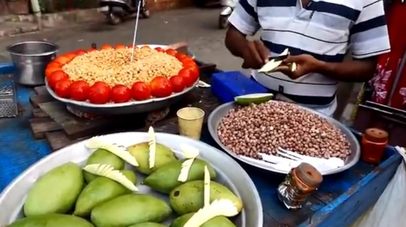印度街边小吃——凉拌芒果,看小伙这刀工了得啊!削芒果出艺术了!
