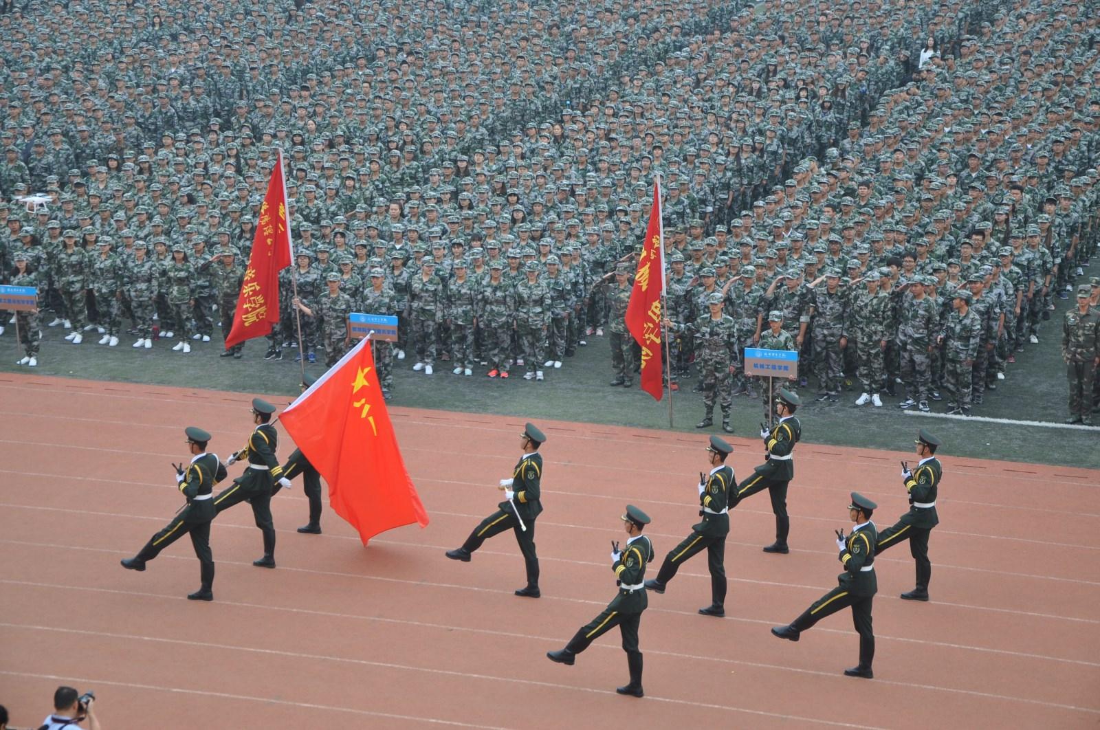 洛阳百名女大学生手语表演《感恩的心》感谢军训教官