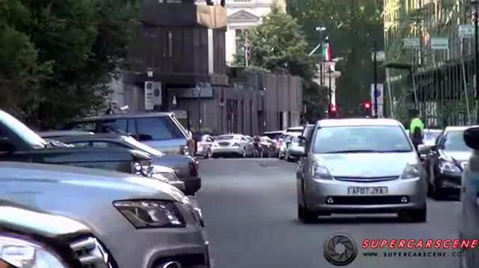 兰博基尼街道行驶,男子骑自行车这样干,司机气蒙了!