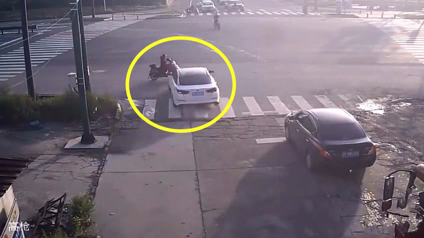 电动车女子闯红灯,这一次被小车司机教训的非常惨!